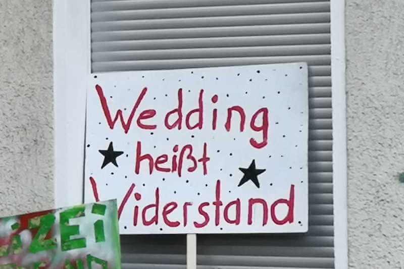 Schild: Wedding heßt Widerstand